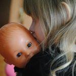 """Arriva la bambola da allattare """"al seno"""" delle bambine"""