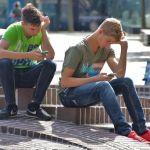 Look down generation: sguardo perenne verso lo smartphone, tra tvb ed emoticon